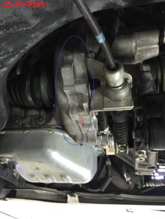 エンジン下からオイル漏れを確認