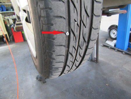 タイヤに釘が刺さっていました